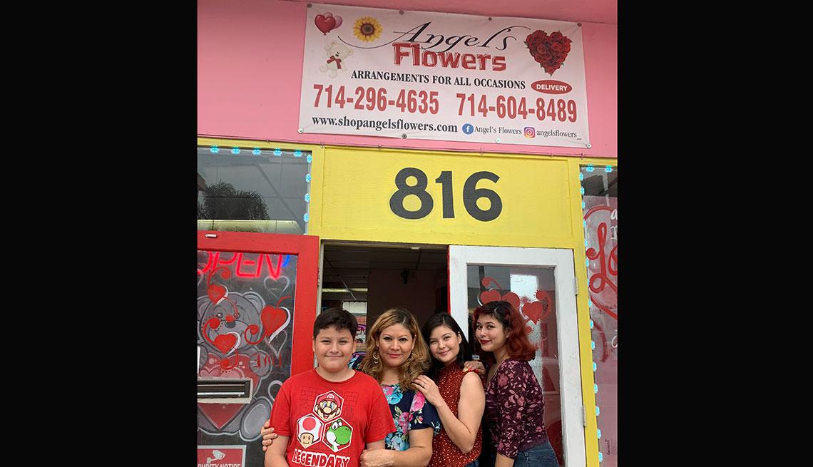 item 5 of Gallery image - Olga Calderón junto a sus hijos frente a su floristería