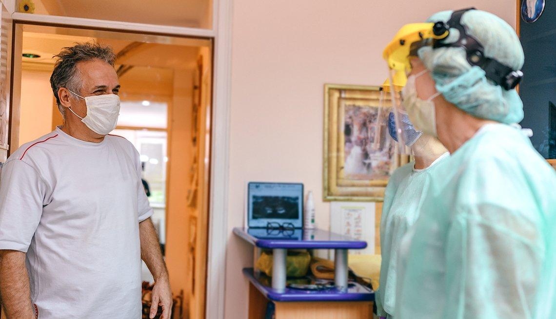 Un paciente usa mascarilla para su cita con el dentista