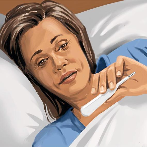 Mujer acostada enferma en la cama está revisando su temperatura en el termómetro