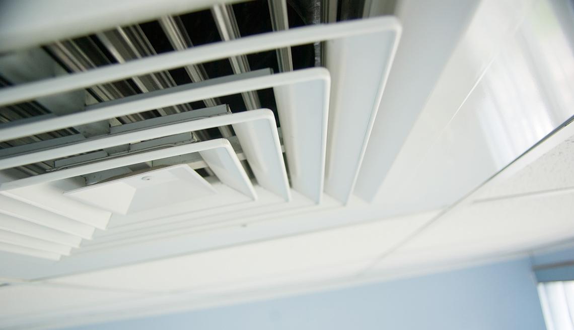 Toma cercana de un respiradero en el techo de una oficina