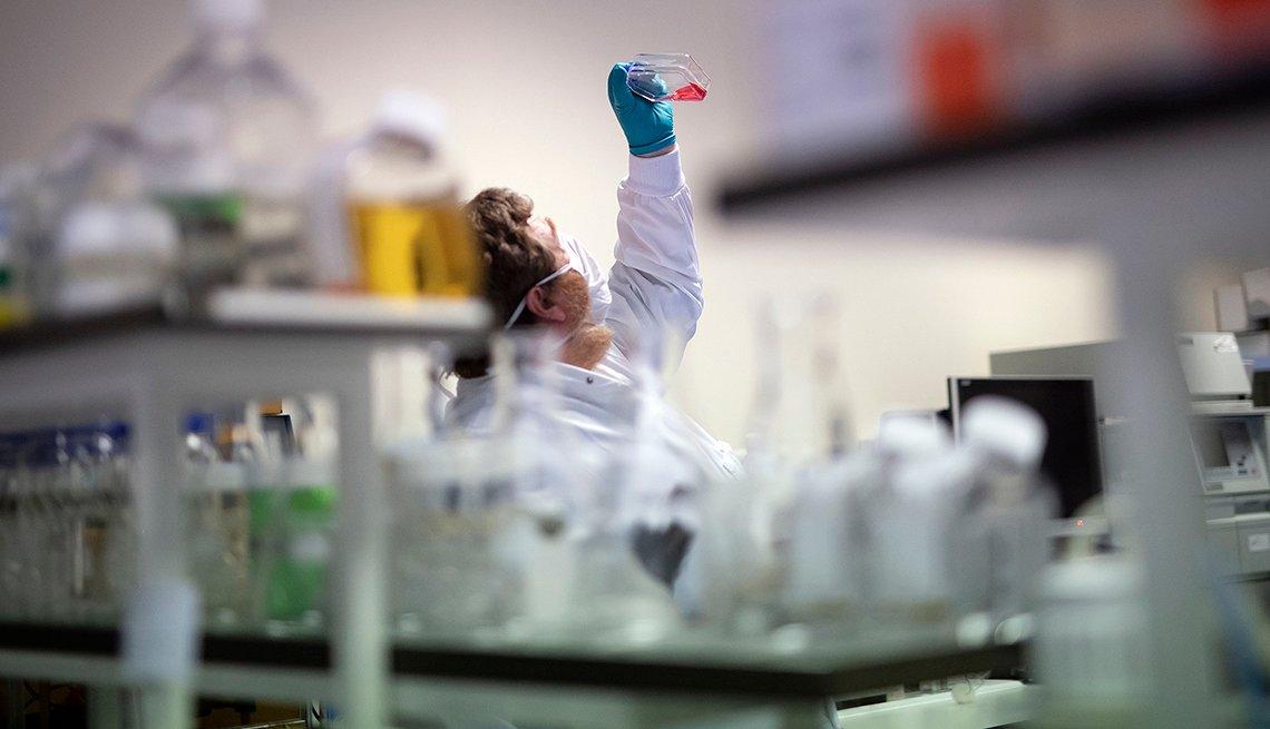 Empleado de un laboratorio intenta encontrar la vacuna contra la COVID