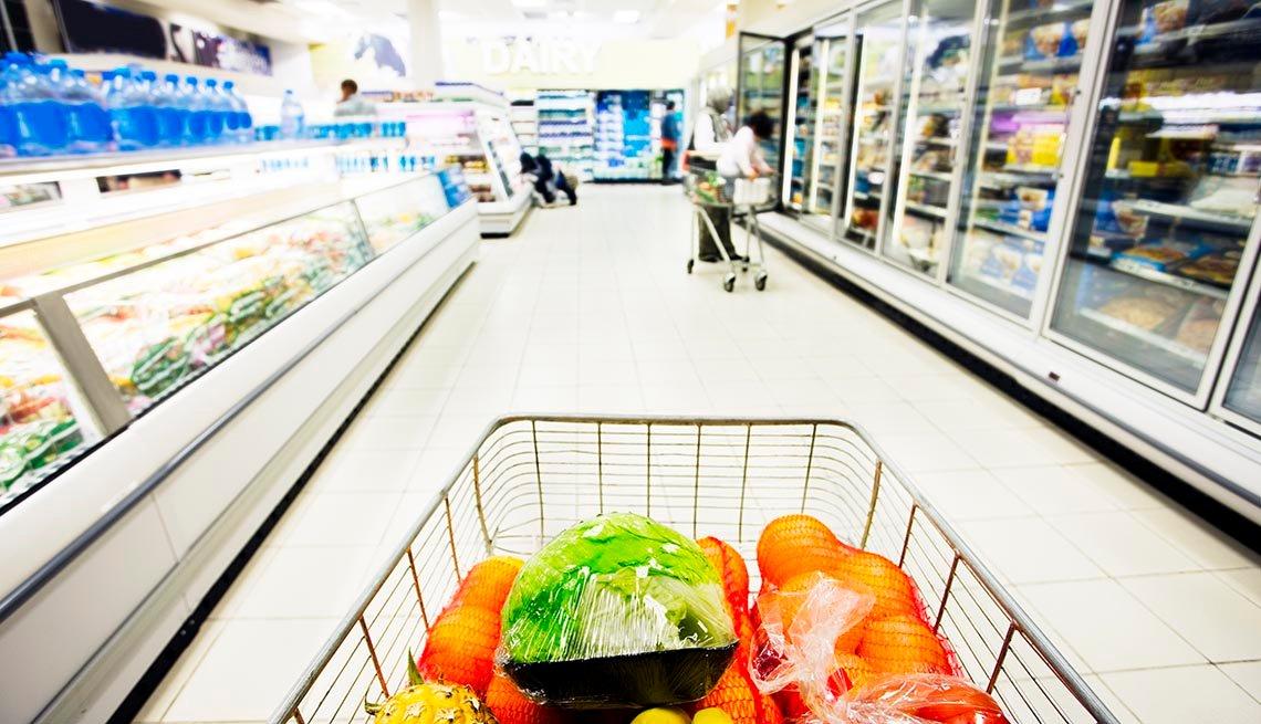 Carrito de compras en un pasillo de un supermercado