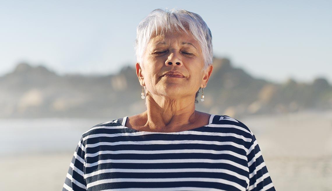 Una mujer respira profundo al aire libre