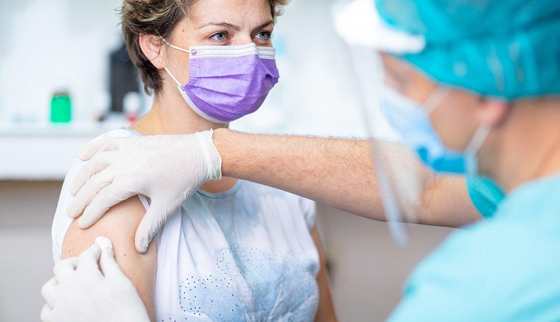 Una mujer recibe una vacuna