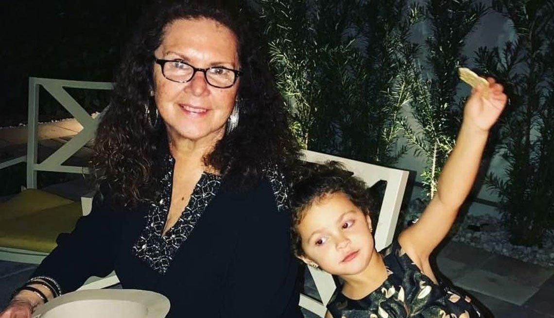 Cristina Díaz junto a una de sus nietas