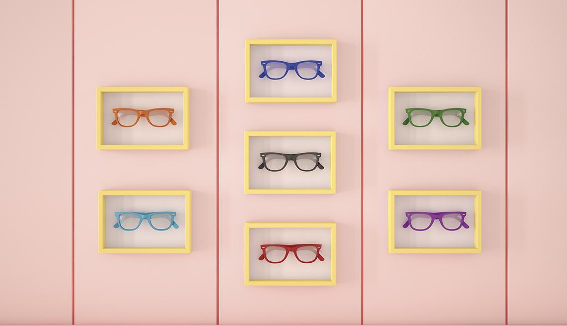 Anteojos en marcos de cuadros en una pared