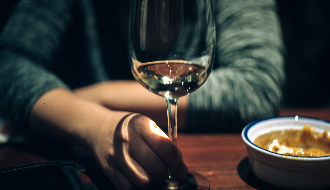 Una mujer sostiene una copa de vino