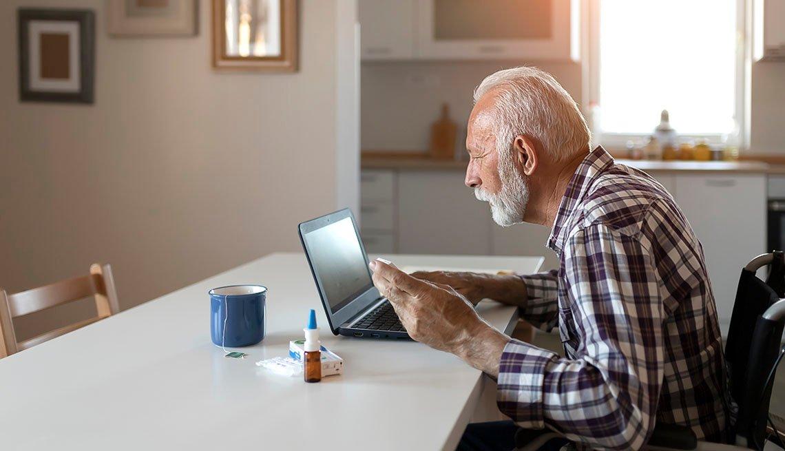 Un hombre en silla de ruedas usa una computadora