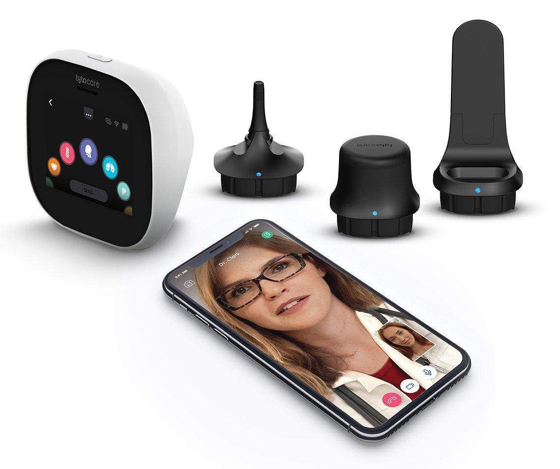 Varios dispositivos de salud digitales y un teléfono celular