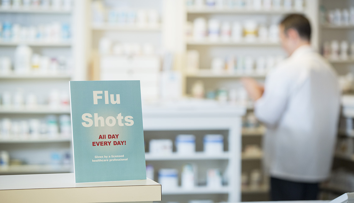 Letrero en una farmacia anuncia la vacuna contra la gripe. En inglés Flu shots