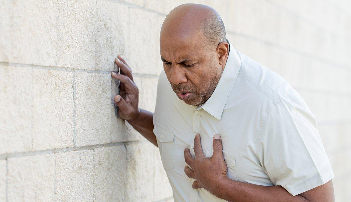 Un hombre se lleva la mano al pecho en señal de dolor