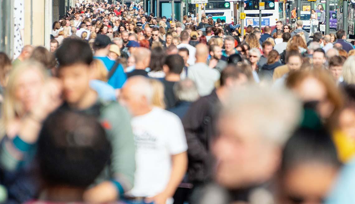 Vista de una calle repleta de gente