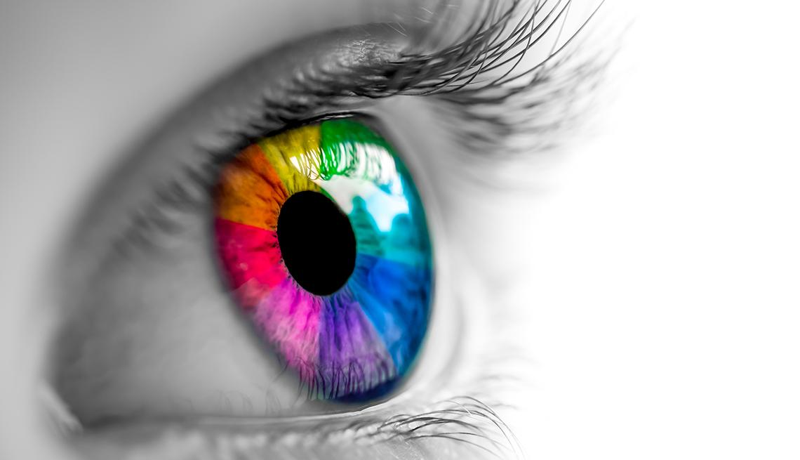 Un ojo humano con los colores del arcoiris