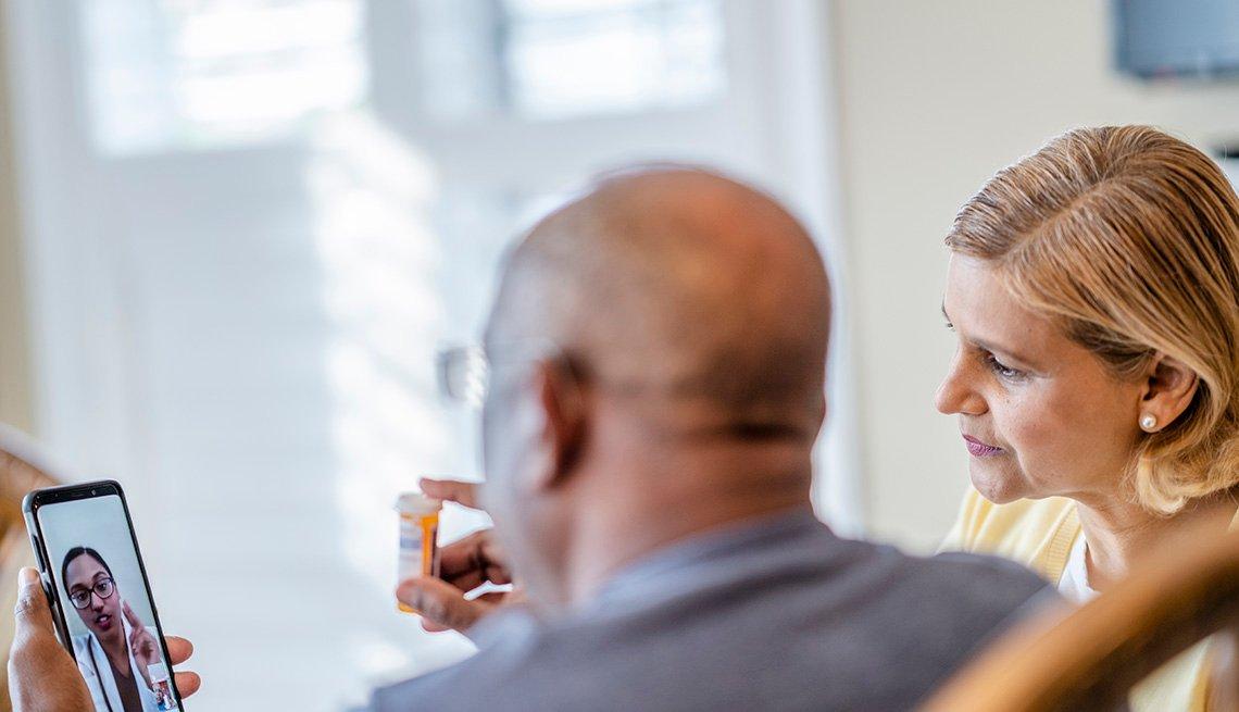 Una pareja consulta a su médico de forma virtual