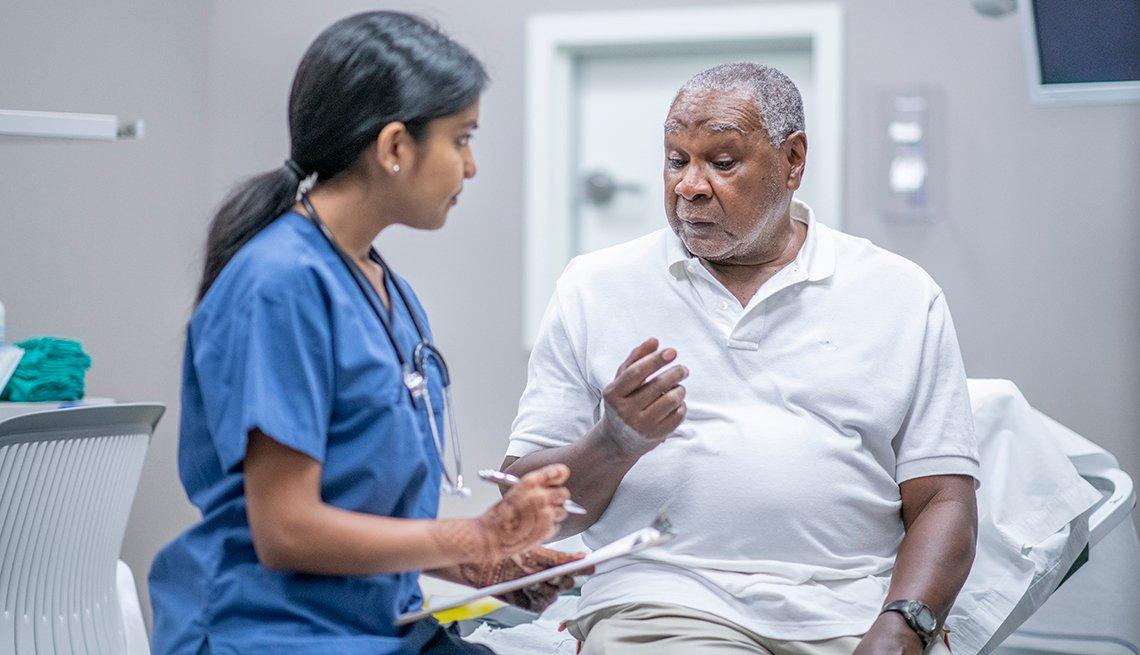 Un hombre es atendido por su doctora