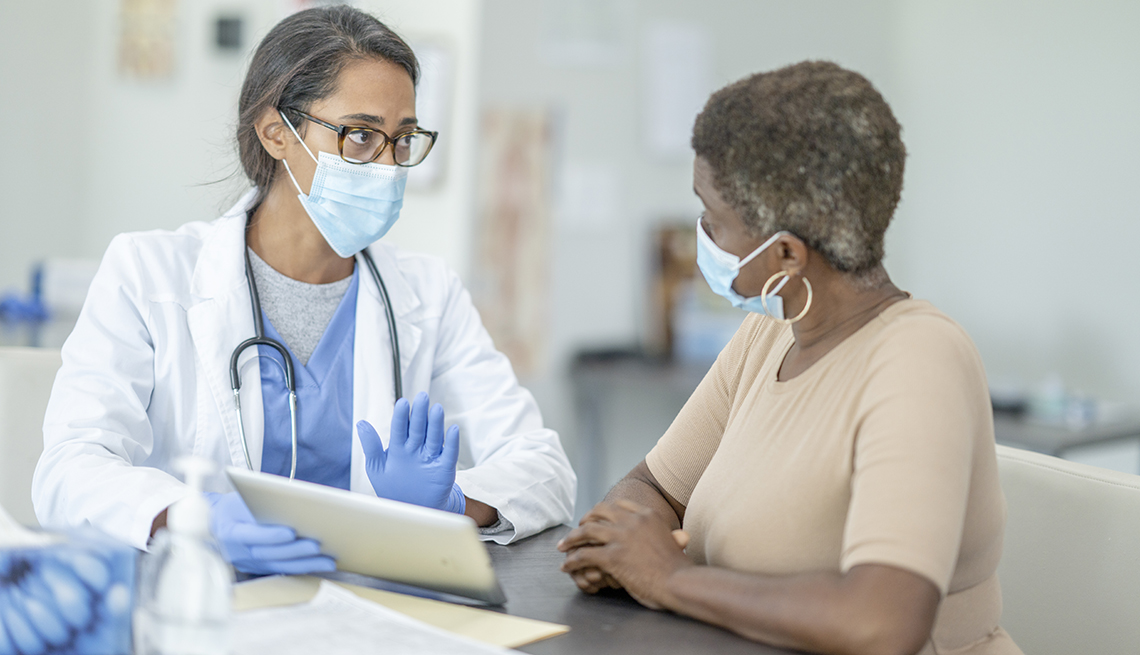 Una mujer consulta a su doctora