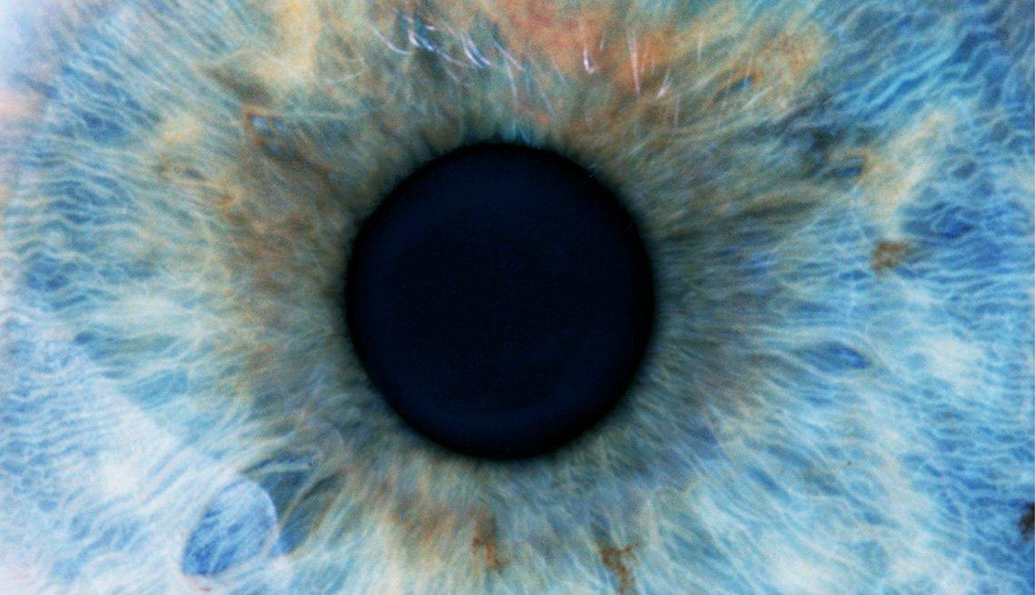 Toma cercana de un ojo humano