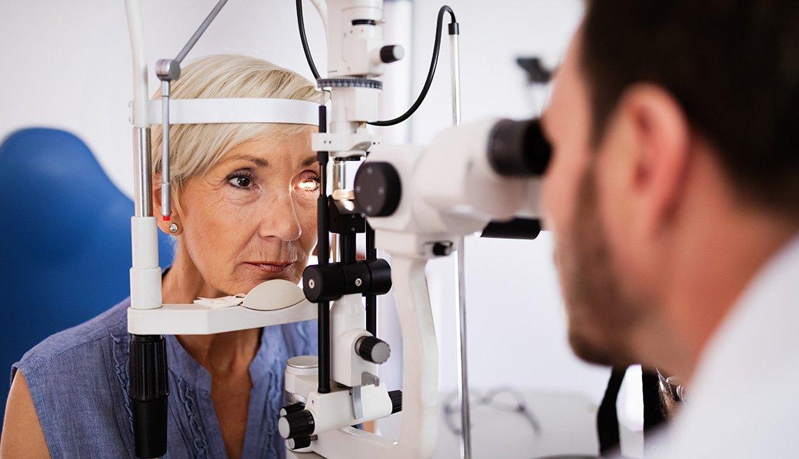 Médico le hace un examen de la vista a una paciente