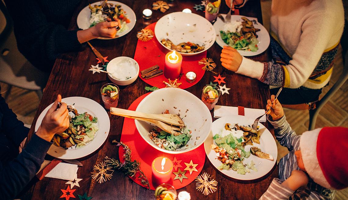 Fotografía aérea de una mesa con la cena navideña servida