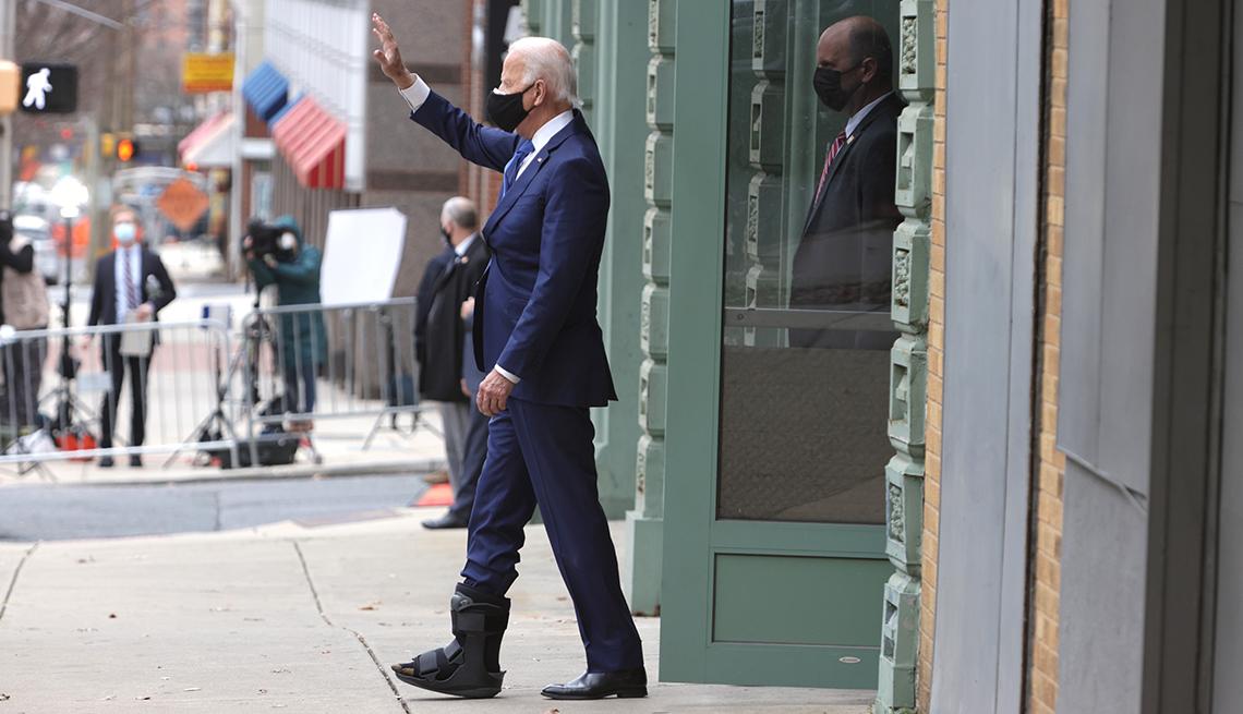 Joe Biden levanta su mano y saluda a la gente