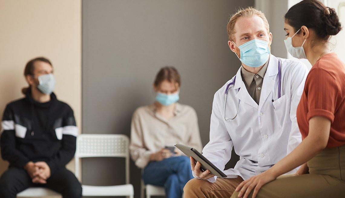 Proveedor médico hablando con una paciente en una sala de espera