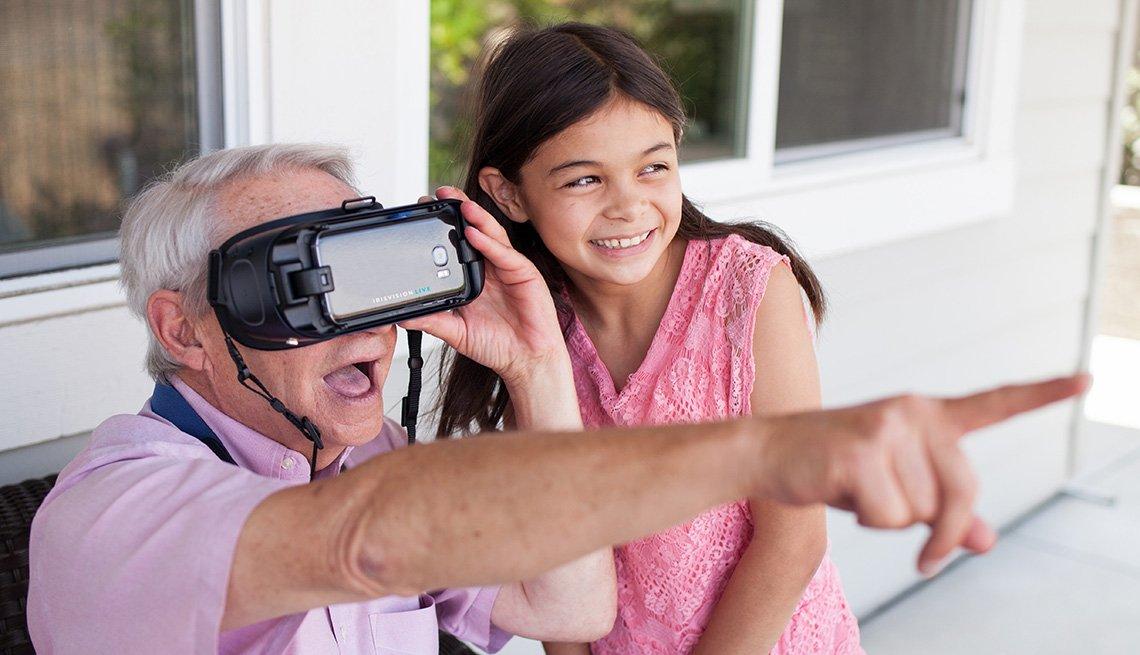 Un hombre usa un dispositivo de IrisVision, mientras una niña lo observa