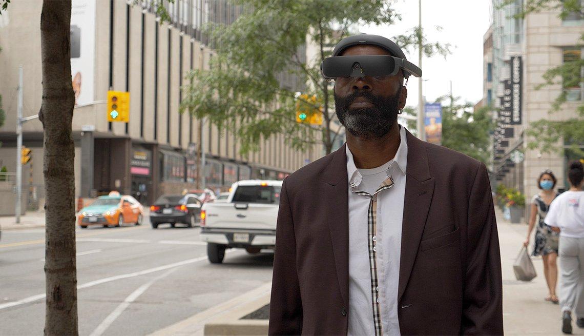 Persona camina con el dispositivo de visión asistida eSight