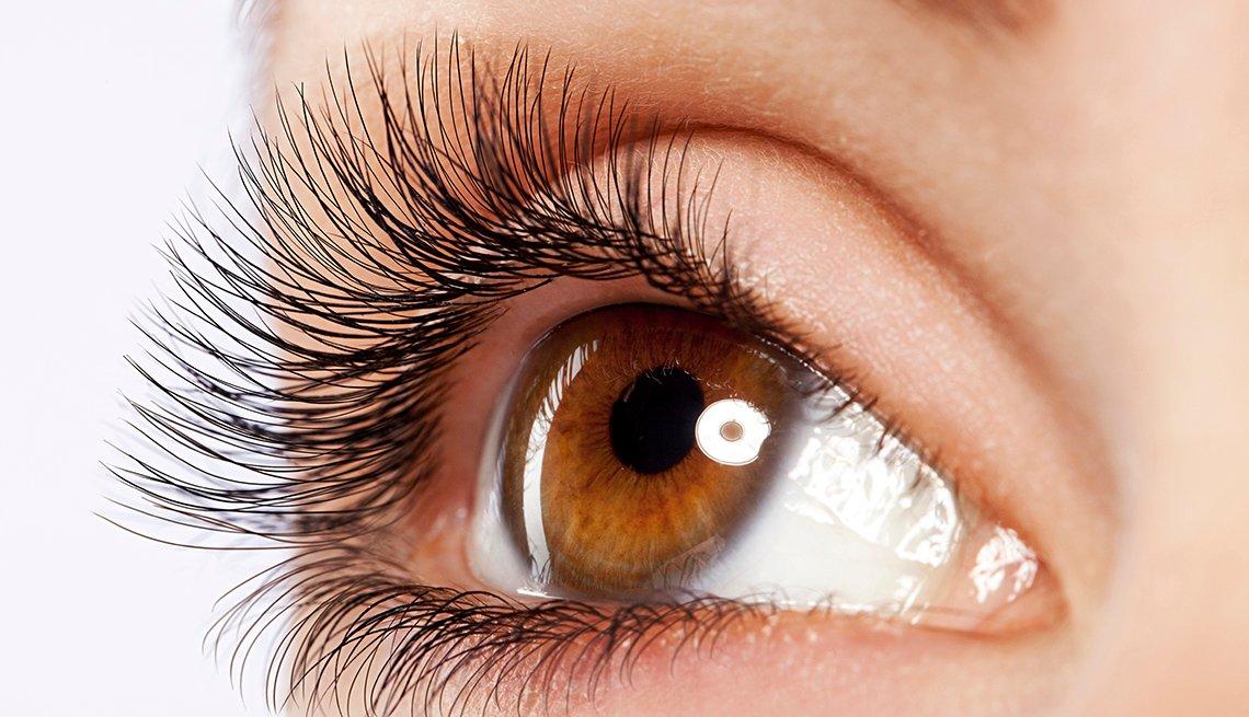 Toma cercana del ojo de una mujer con pestañas postizas