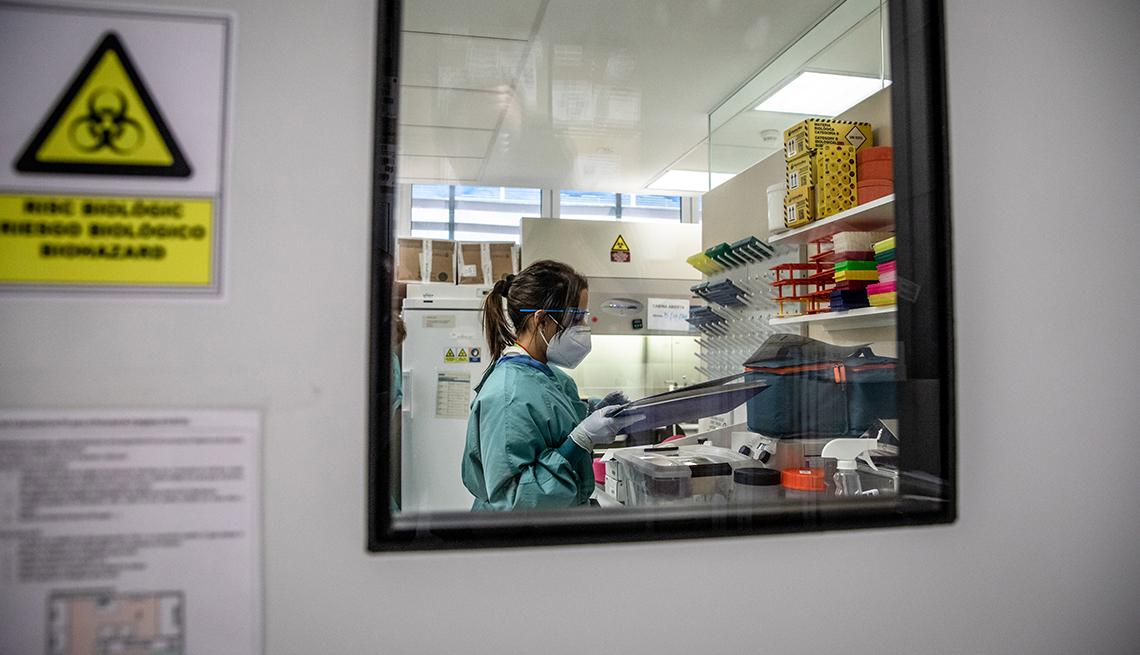 Un trabajador médico prepara documentos dentro de un laboratorio