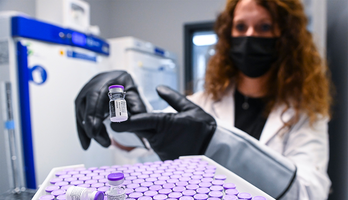 Un técnico de la salud descongela los viales de una vacuna covid