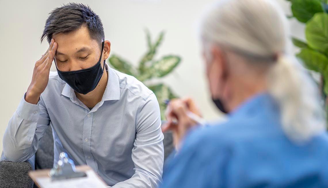 Un paciente en consulta con su terapista