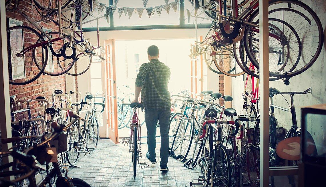 Un hombre compra y sale de una tienda de bicicletas
