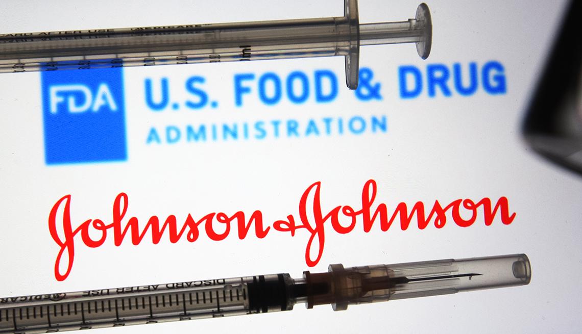 Dos jeringas de vacunación con los logos de la FDA y Johnson and Johnson