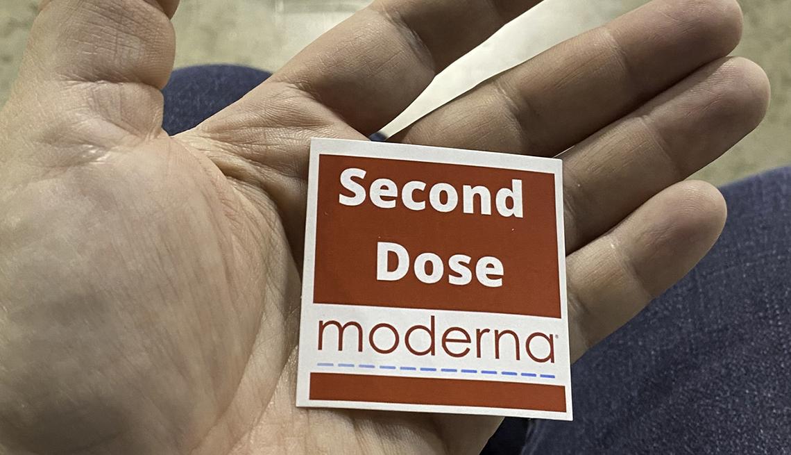 """Persona con una pegatina que dice """"Segunda dosis moderna"""""""