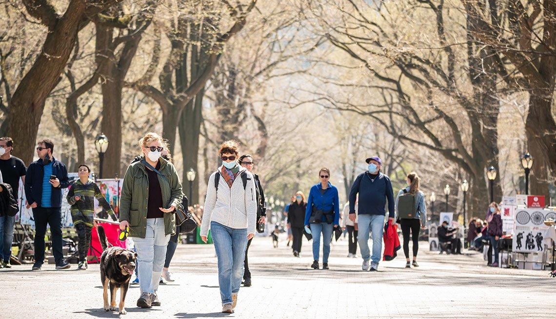 Personas caminan por un parque en Nueva York