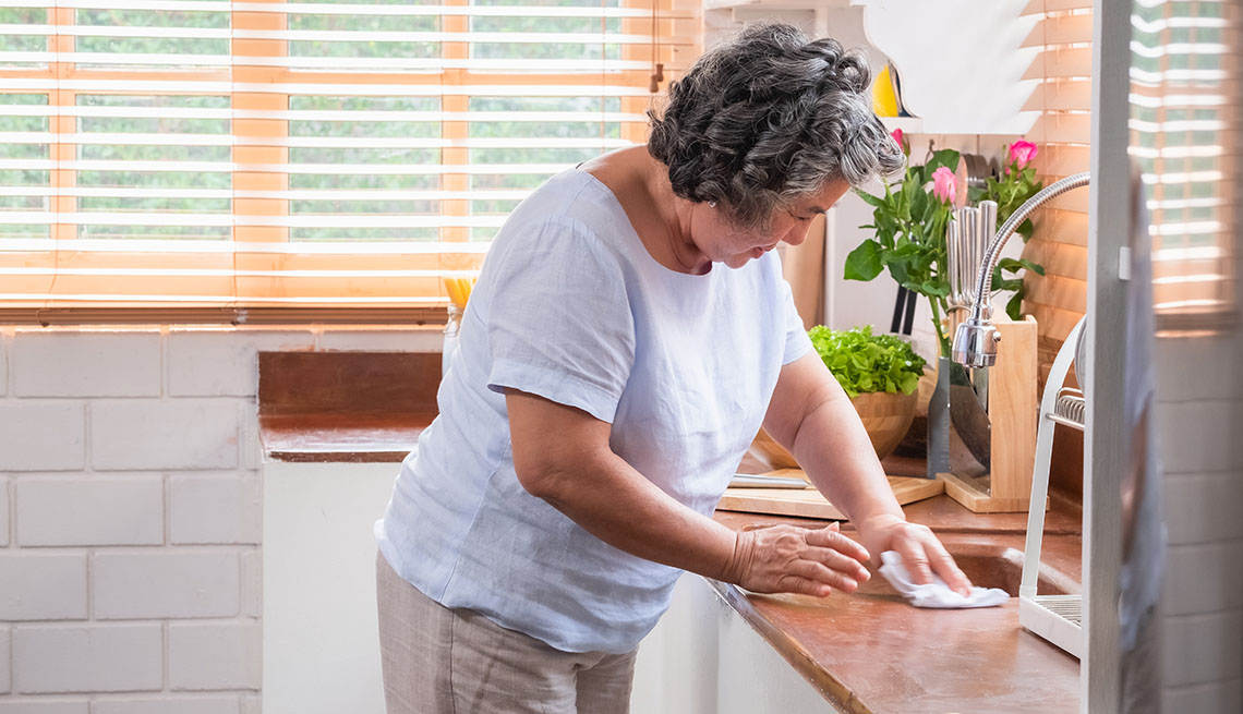 Una mujer limpia su cocina
