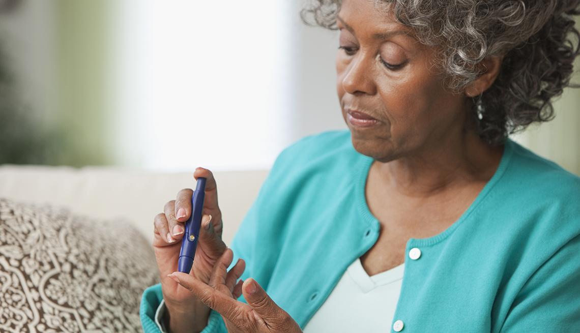 Una mujer midiendo el azúcar en su sangre