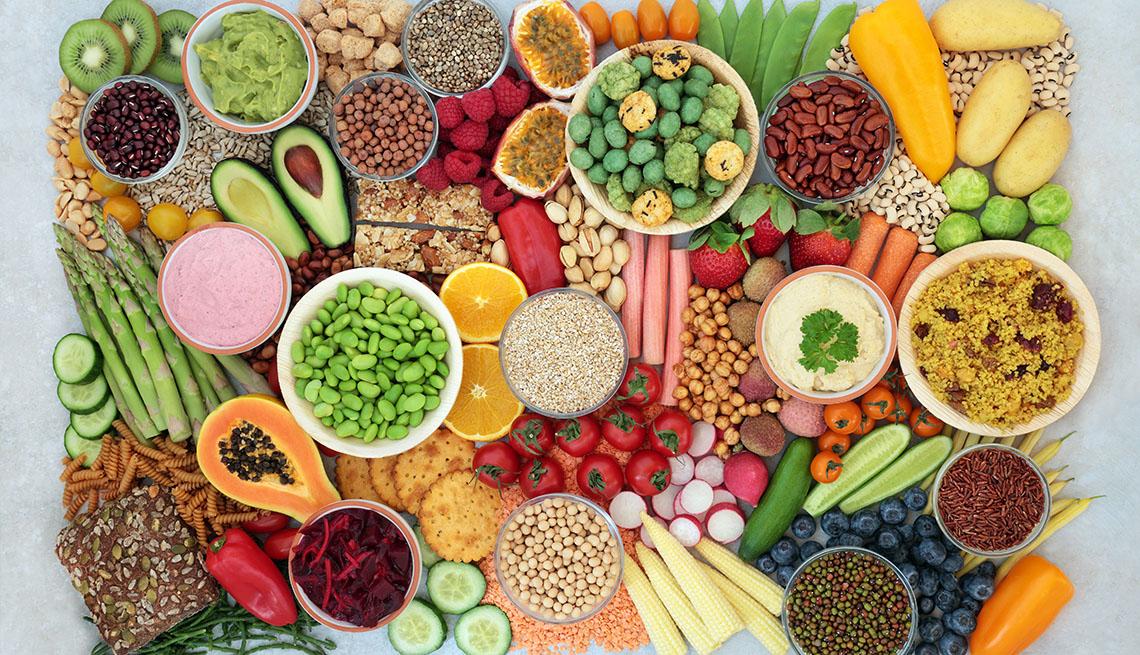 Diferentes tipos de alimentos pertecientes a varios grupos vistos desde arriba