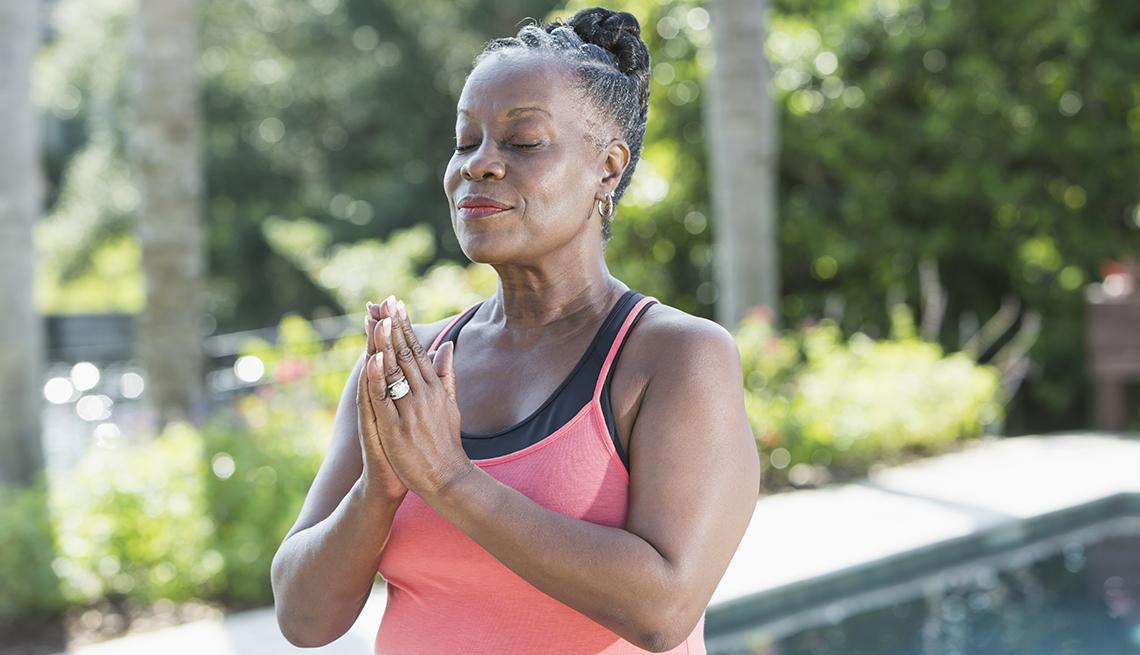 Una mujer meditando