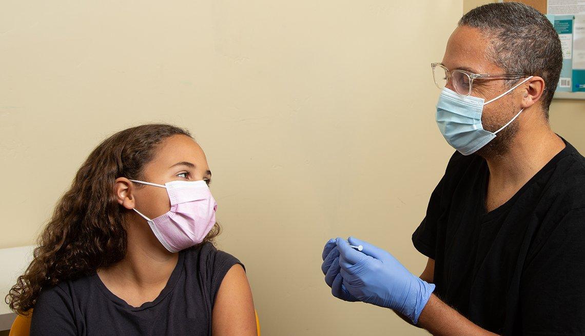 Una adolescente recibe la vacuna contra la COVID