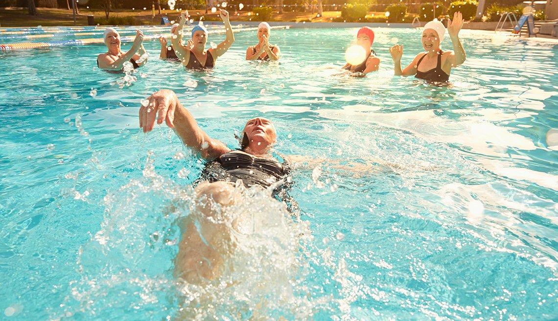Personas nadando en una piscina