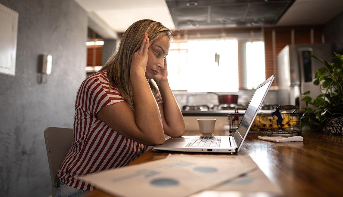 Una mujer estresada trabajando desde casa