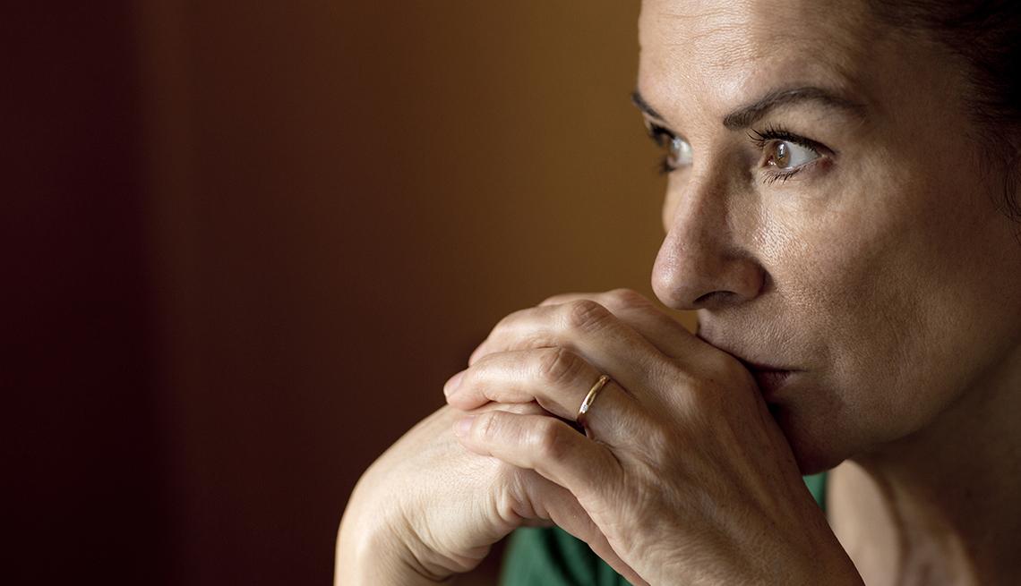 Perfil de una mujer que luce deprimida