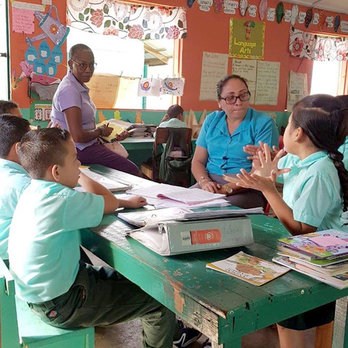 Judith Jones y otra voluntaria enseñando a niños en un salón de clases
