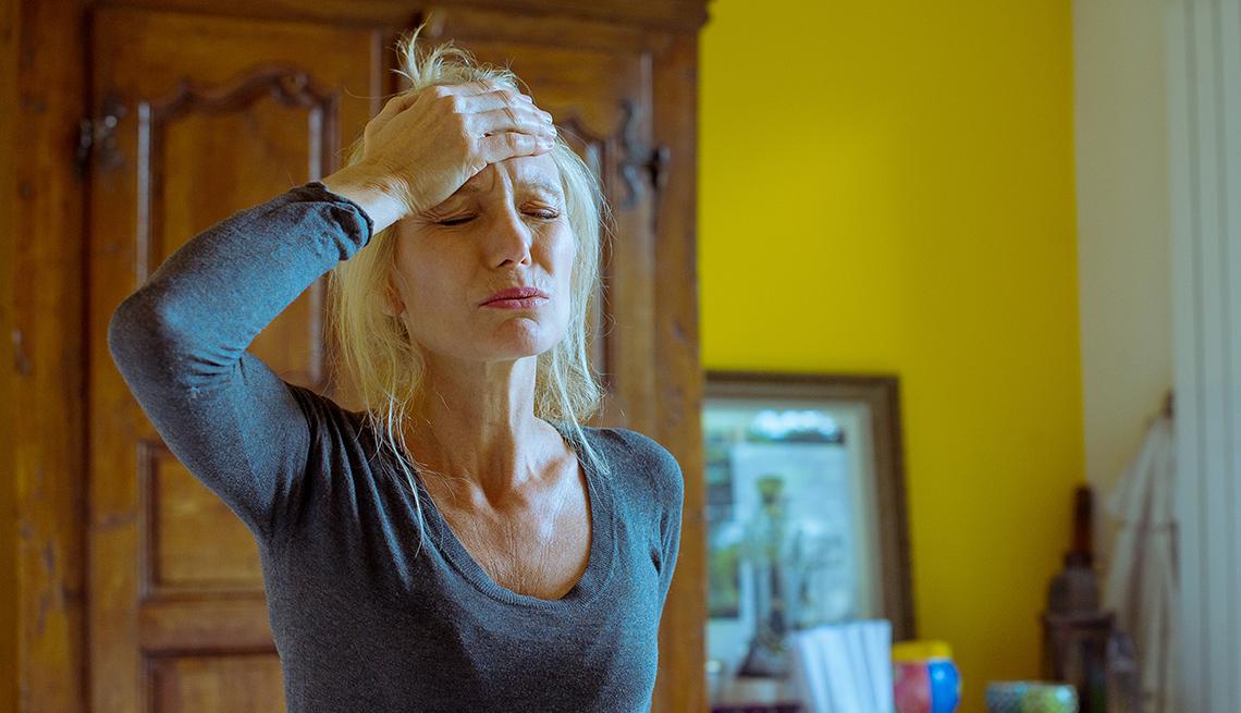 Una mujer con malestar y fiebre