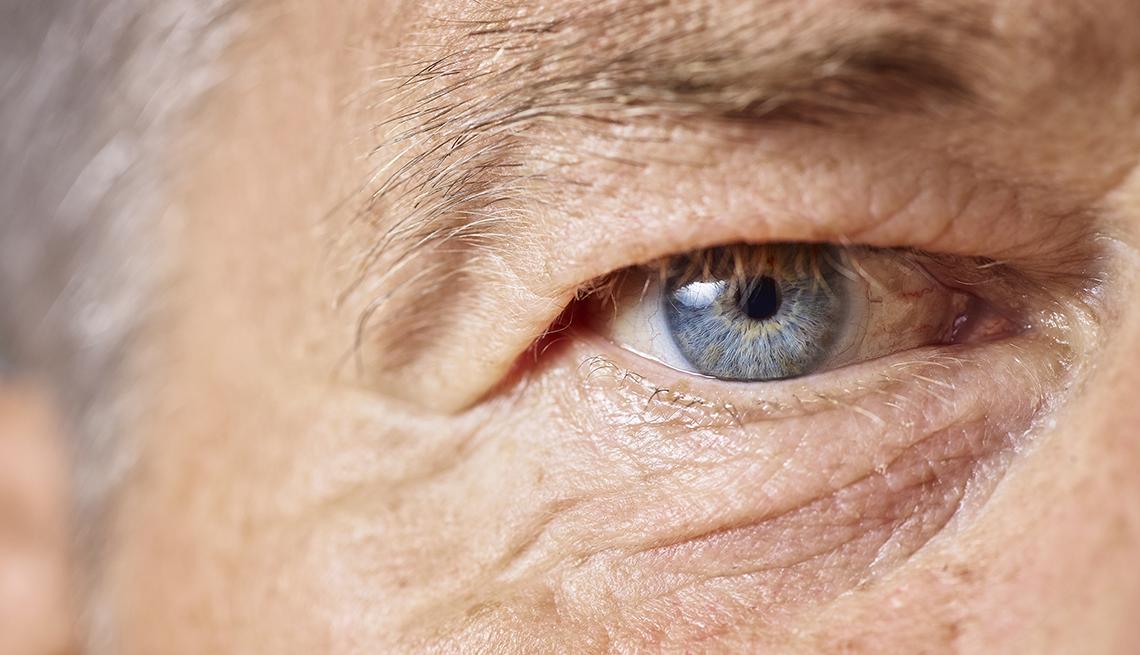 Vista cercana del ojo de un hombre