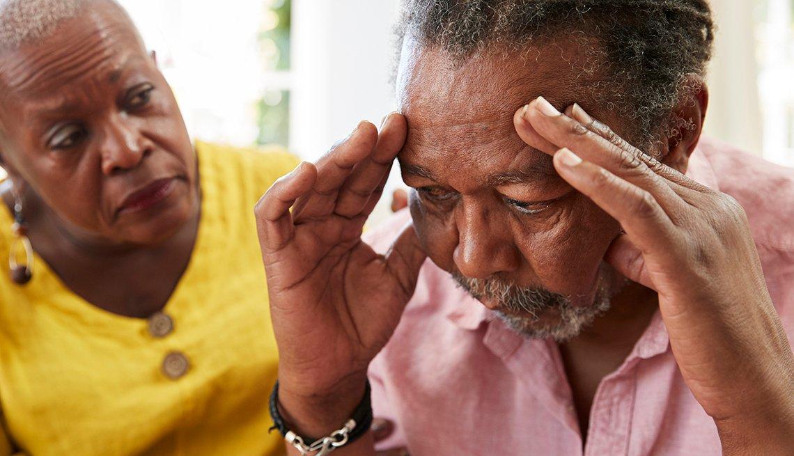 Una mujer consuela a un hombre que muestra señales de demencia
