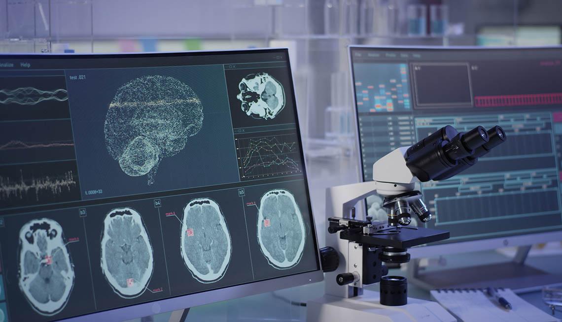 Laboratorio de investigación con escáneres cerebrales y microscopio