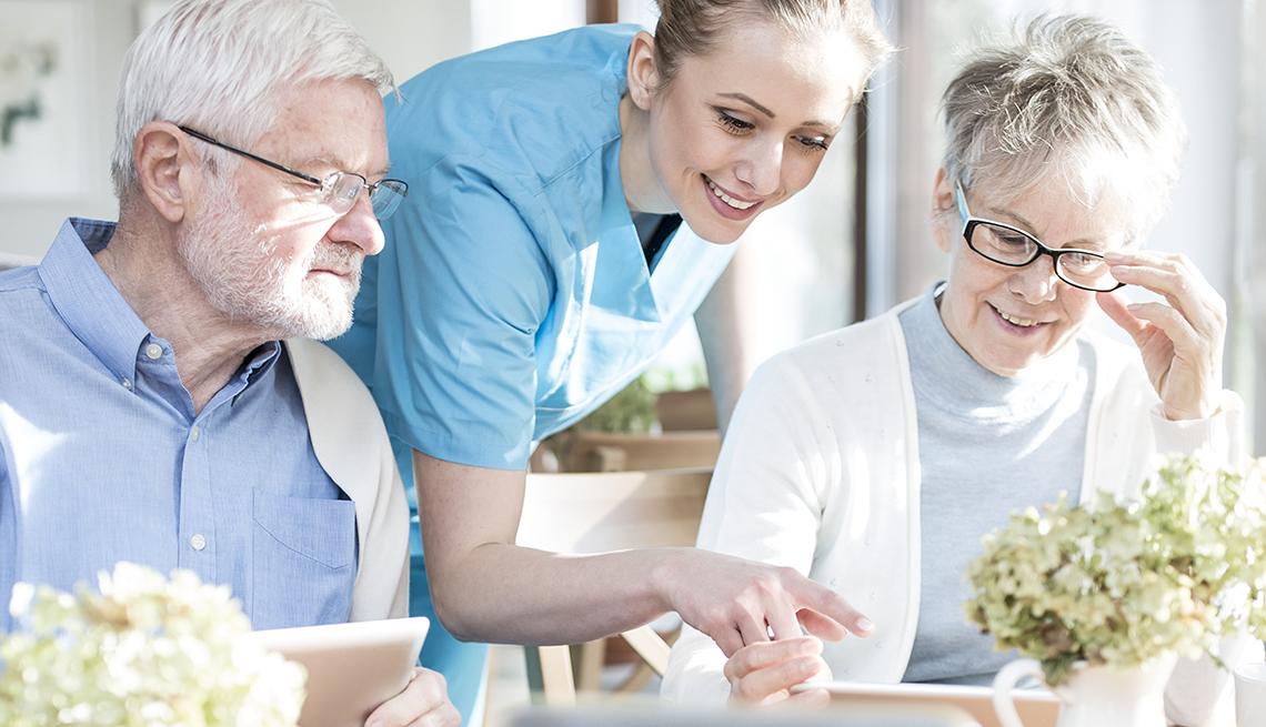 Personas mayores usando la tecnología