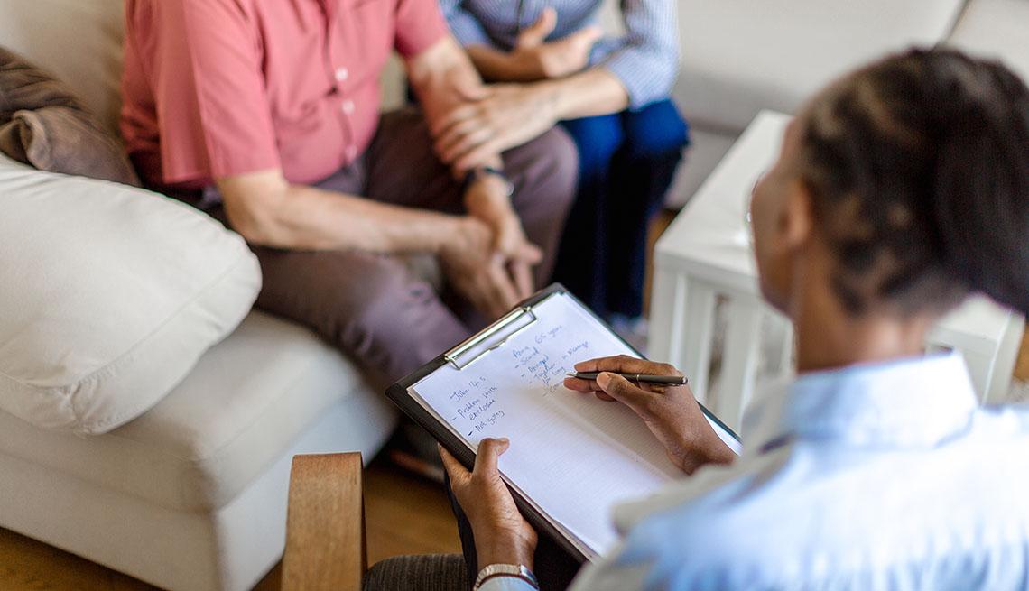 Proveedor de salud entrevista a un paciente y su pareja